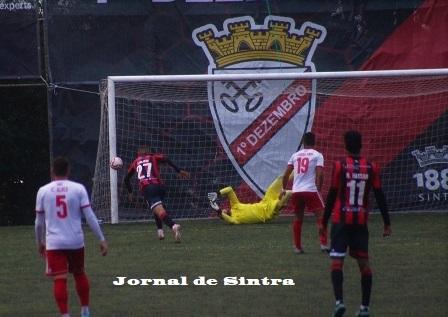 Defesa apertada de Rodrigo Moura, a evitar o empate do 1.º Dezembro